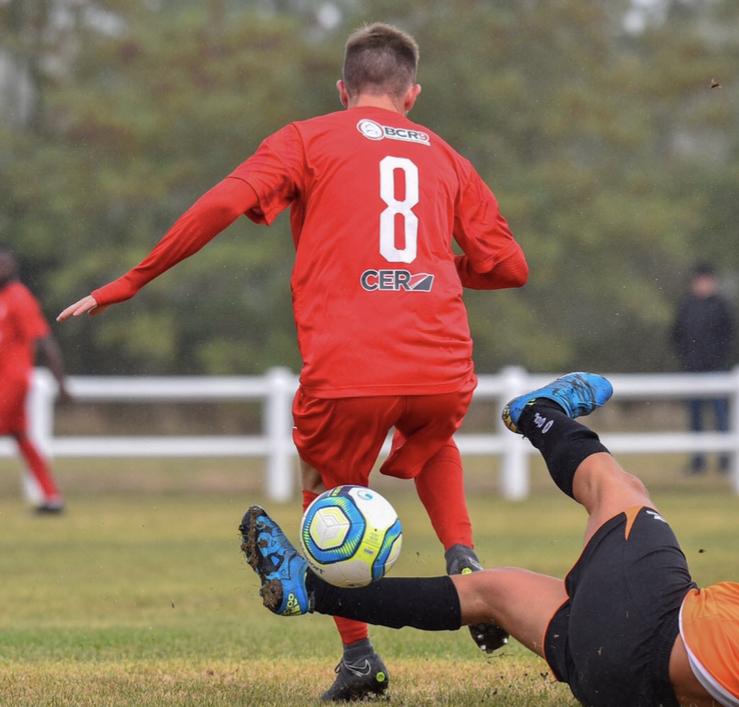 Joueur de foot en plein match