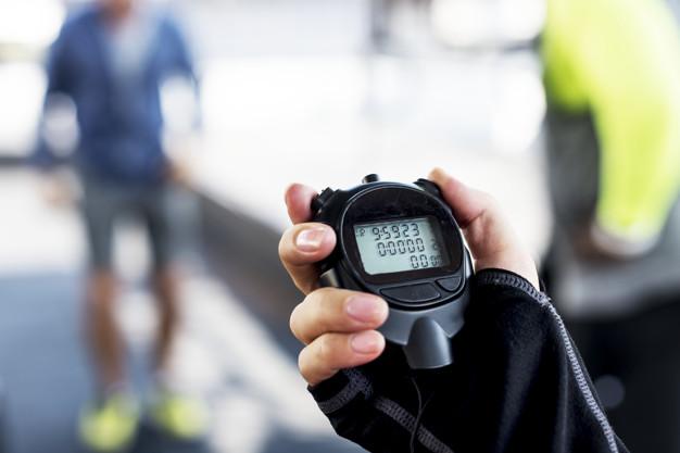 Chronomètre dans les mains d'un sportif pour une durée de séance optimale.