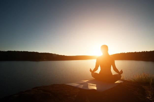 Sportif concentré faisant de la méditation.