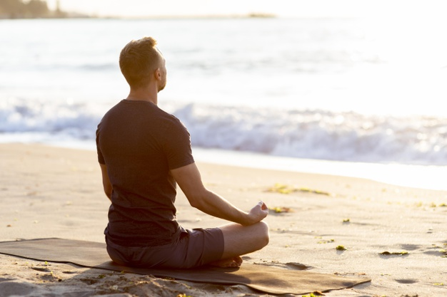 Homme faisant de la méditation pour vaincre le stress